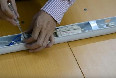 Tìm dây từ cầu đấu điện đầu vào nối vào chấn lưu, hãy tháo ốc giữ để tháo dây điện vào chấn lưu.