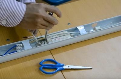 Các dây thừa đã cắt trên chấn lưu cũng như tắc te, bạn hãy tháo bỏ hết ra ngoài, tránh chập điện.