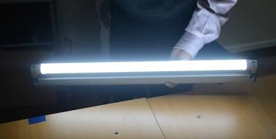 Lắp lại toàn bộ máng đèn, lắp đèn tuýp led vào máng và thử điện. Bóng đèn sẽ sáng rất nhanh, không giống như đèn tuýp huỳnh quang thông thường.